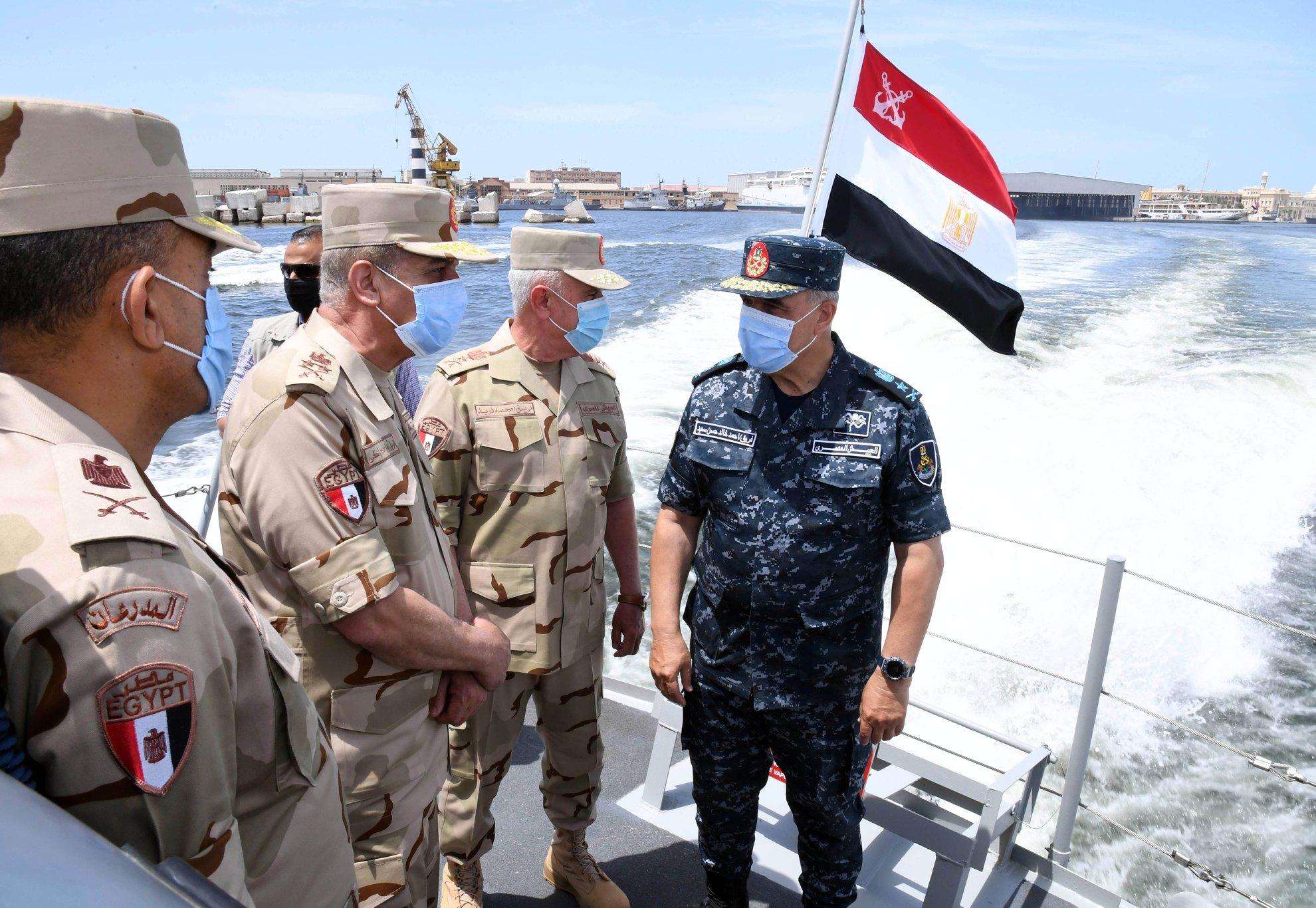 صور | وزير الدفاع يتفقد الغواصة S-43 المنضمة حديثاً إلى القوات البحرية