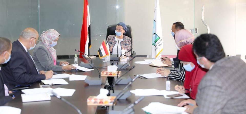 وزيرة البيئة تعقد الاجتماع الأول للجنة المرور على محطات الصرف الصناعي
