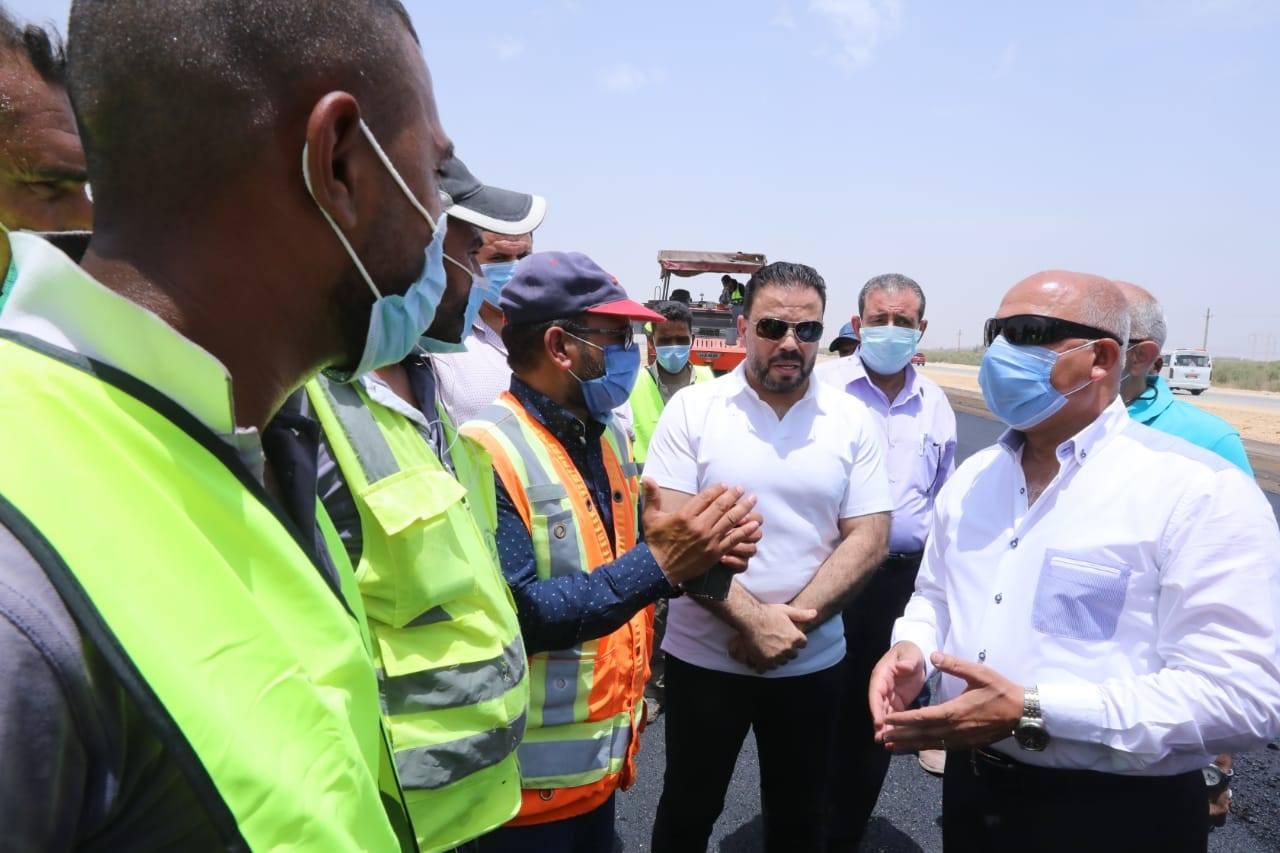 صور | جولة تفقدية لوزير النقل في مواقع العمل بطريق «القاهرة – أسوان»