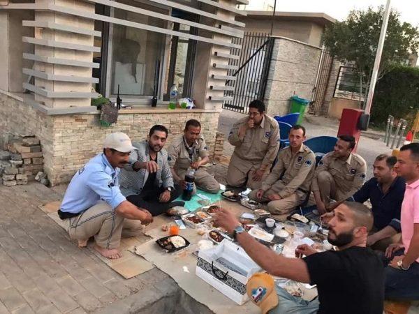 بعد إخلاء سبيله.. أحمد فلوكس يتناول الإفطار مع أفراد أمن كمبوند بأكتوبر
