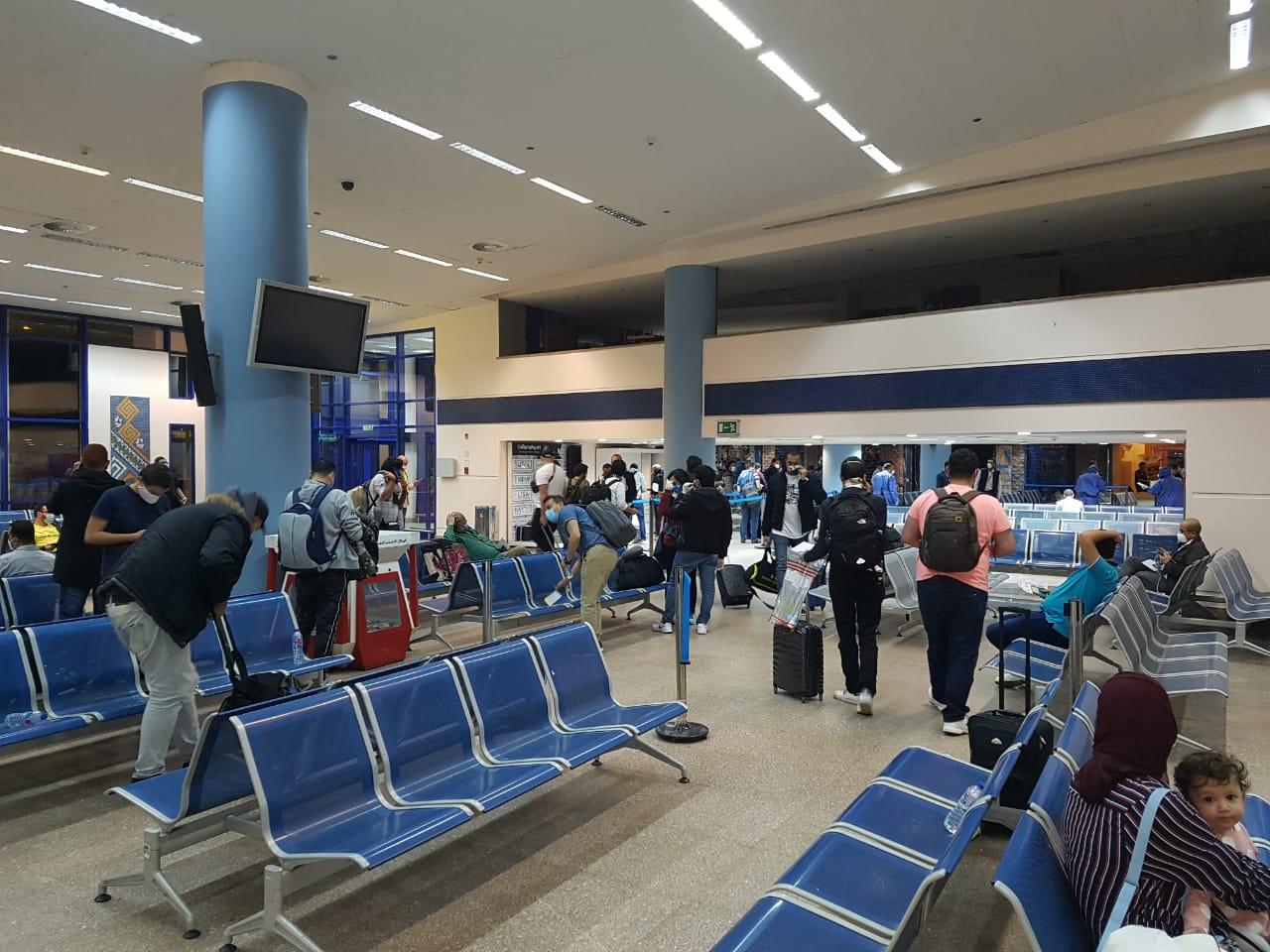 صور | مطار مرسى علم يستقبل رحلة استثنائية لـ76 عالقا مصريا من فرانكفورت