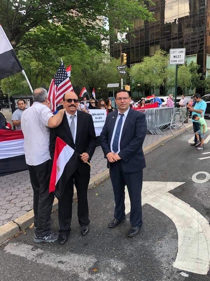 صور| ابناء الجاليه المصريه تقف امام مبنى الأمم المتحدة لتأييد القيادة السياسية