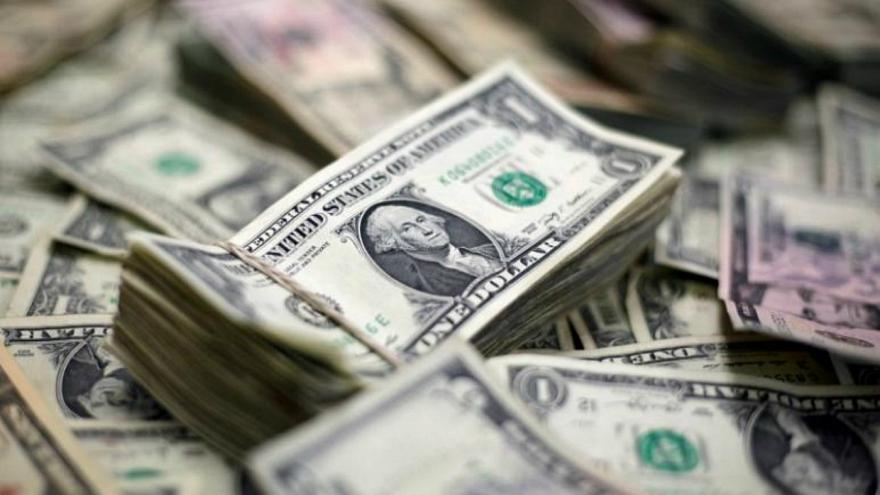 الدولار يتراجع وسط تفاؤل حيال مساعدات مرتبطة بجائحة كورونا