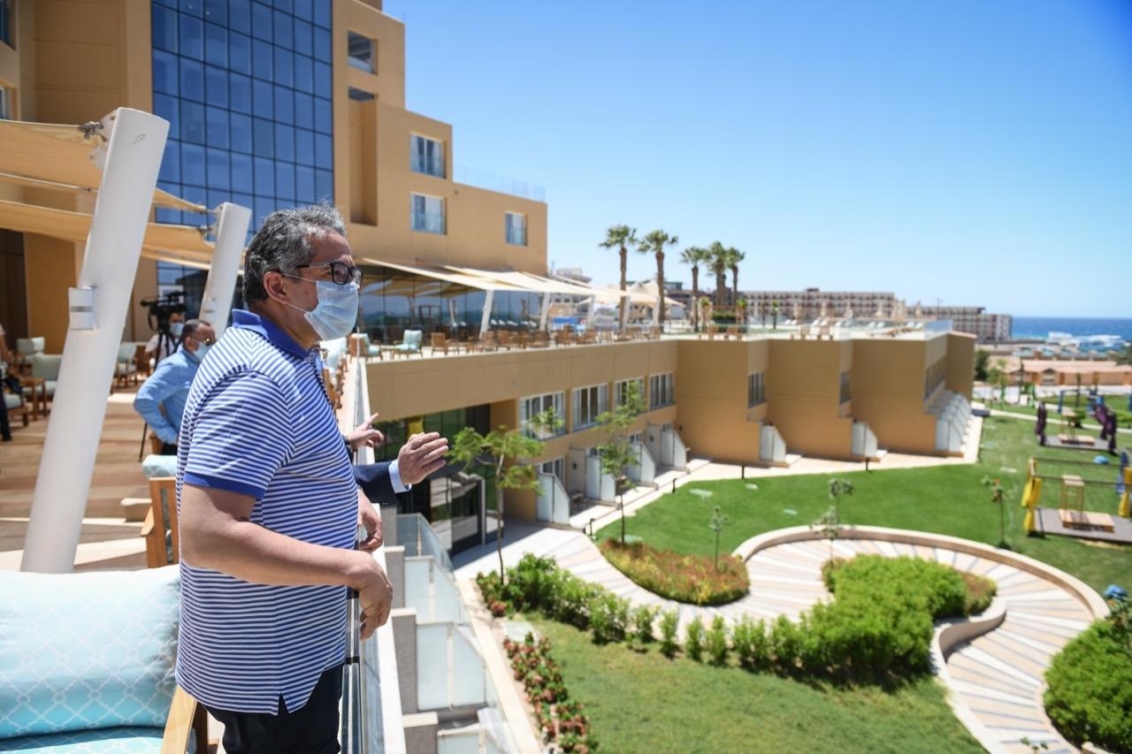 صور | وزير السياحة يتفقد فنادق الغردقة استعدادا لاستئناف الحركة