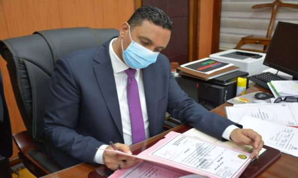 هاتفيا.. محافظ الدقهلية يطمئن على مدير مستشفى السنبلاوين بمستشفى العزل