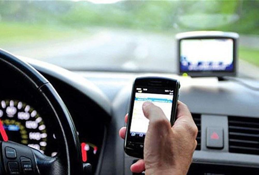 جمعية طبية ألمانية تحذر من خطر استعمال الهاتف الذكي أثناء قيادة السيارة