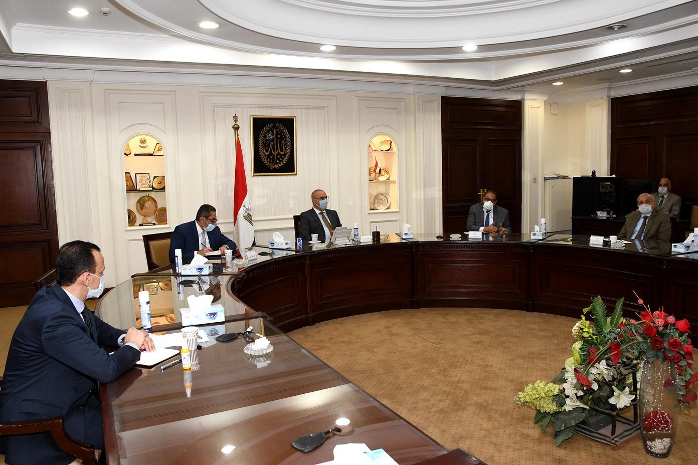 صور | وزير الإسكان يتابع الموقف التنفيذي لمشروع تطوير «منطقة سور مجرى العيون» بمصر القديمة