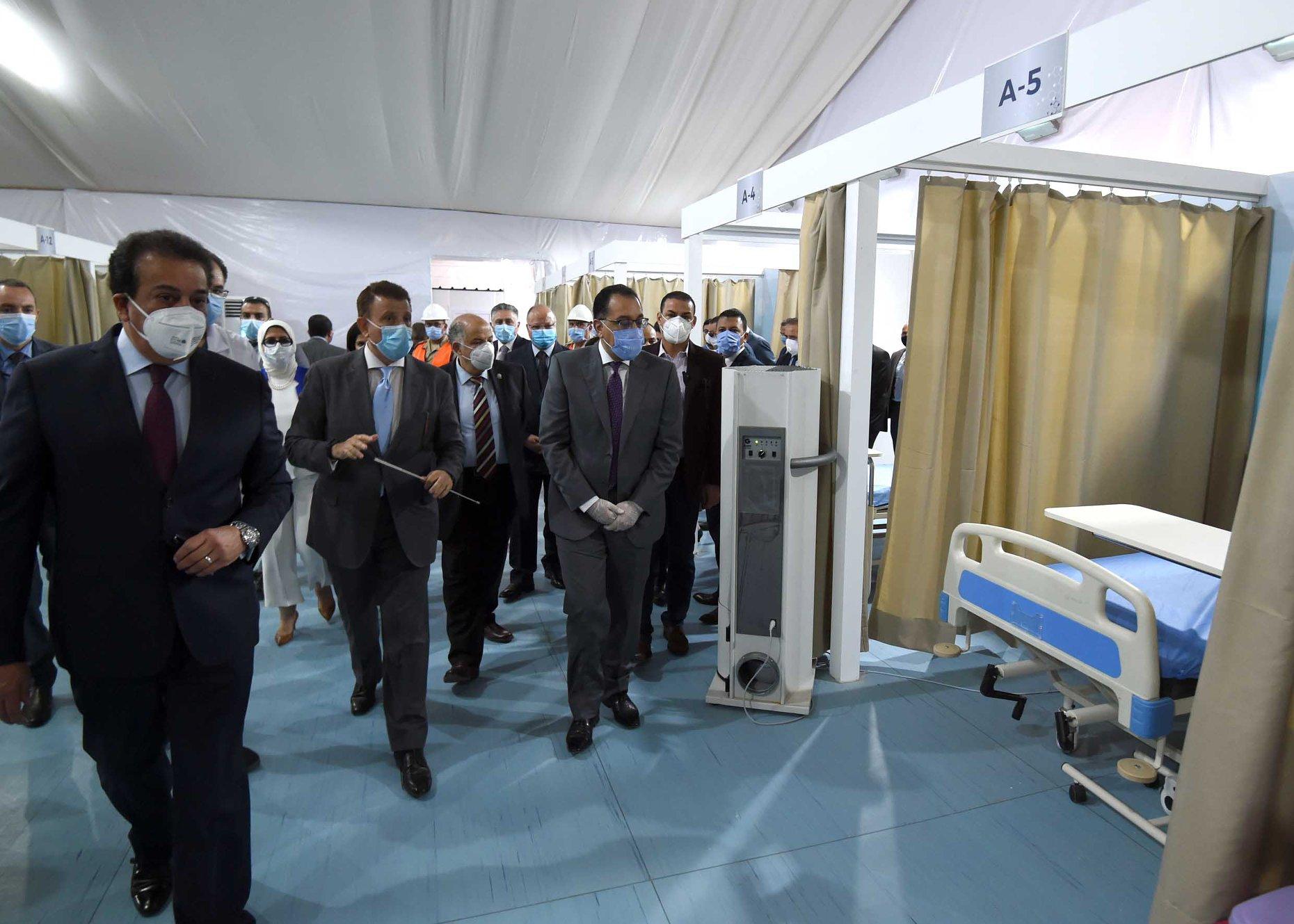 رئيس الوزراء يتفقد نموذجًا لمركز المسح لإجراء تحاليل الكشف عن كورونا بجامعة عين شمس