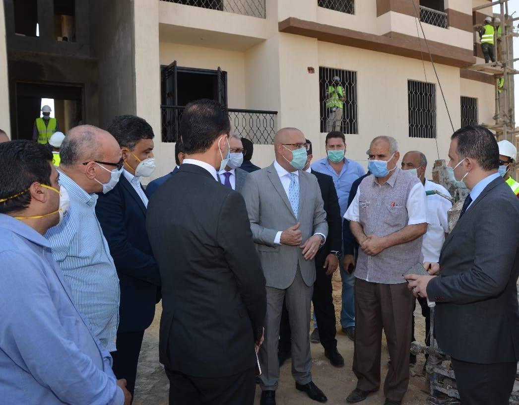صور | وزير الإسكان يتفقد إنشاء 104 عمارات بحدائق أكتوبر لنقل سكان العشوائيات