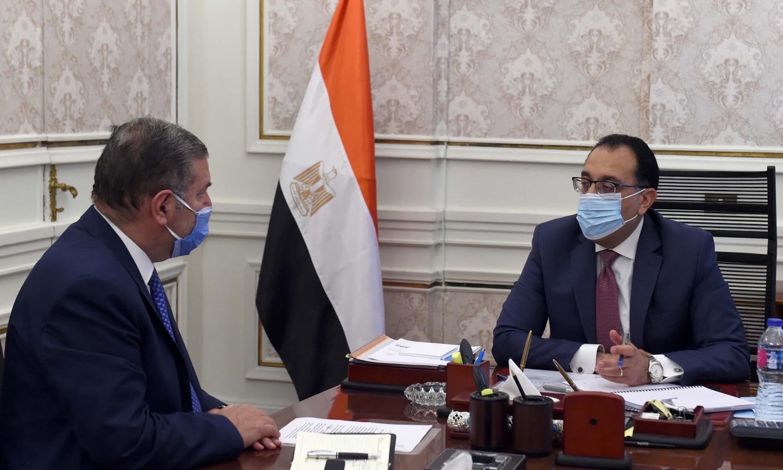 صور | رئيس الوزراء يستعرض مع وزير قطاع الأعمال العام ملفات عمل الوزارة