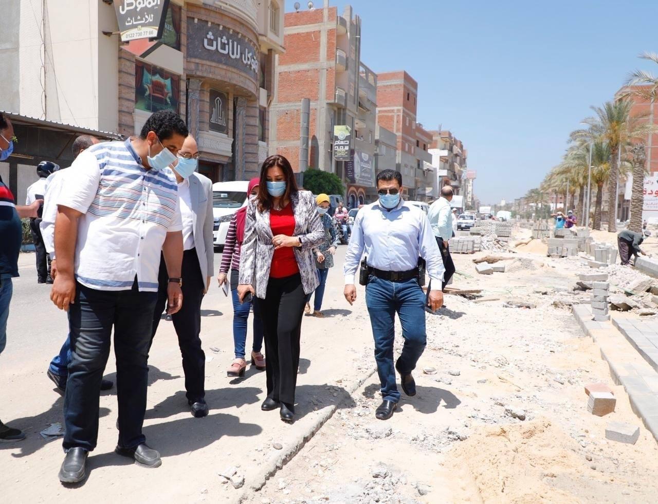 صور | محافظ دمياط تتابع أعمال تطوير ورفع كفاءة طريق الدكتور على مصطفى مشرفة