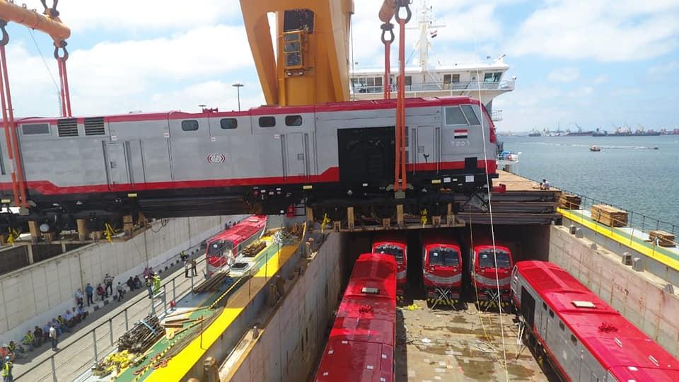 صور | وزير النقل يعلن وصول 20 جرار سكة حديد لميناء الاسكندرية ضمن صفقة الـ 110 جرارات