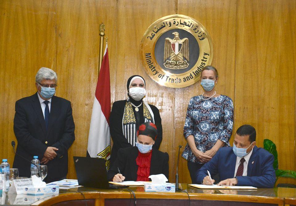 صور | وزيرا التجارة و التعليم العالي يشهدان توقيع بروتوكول مشروع لتدوير المخلفات الصناعية
