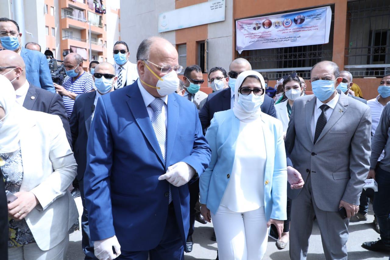 صور | وزيرة الصحة تتفقد سير العمل بالقوافل العلاجية في حي الأسمرات