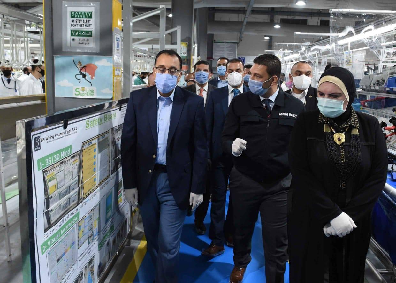 صور | رئيس الوزراء يواصل جولاته التفقدية بمواقع العمل والإنتاج بمصانع 6 أكتوبر