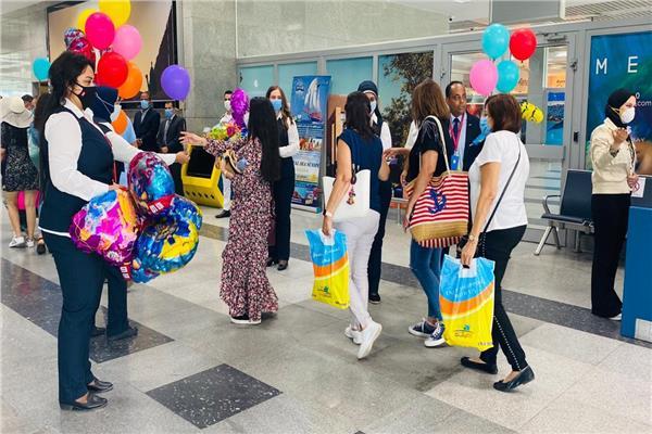 مطار الغردقة يستقبل الركاب بالحلوى والبلالين في أول أيام عيد الأضحى