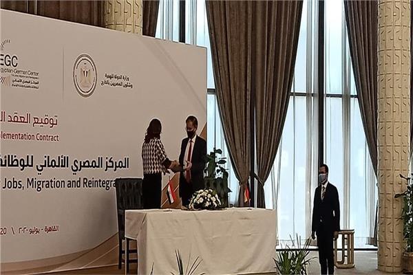 بـ2 مليون يورو.. نبيلة مكرم توقع عقد إنشاء المركز المصري الألماني للوظائف والهجرة