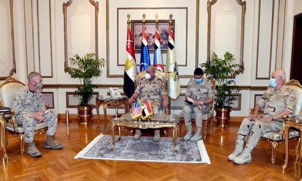 وزير الدفاع يلتقى قائد القيادة المركزية الأمريكية
