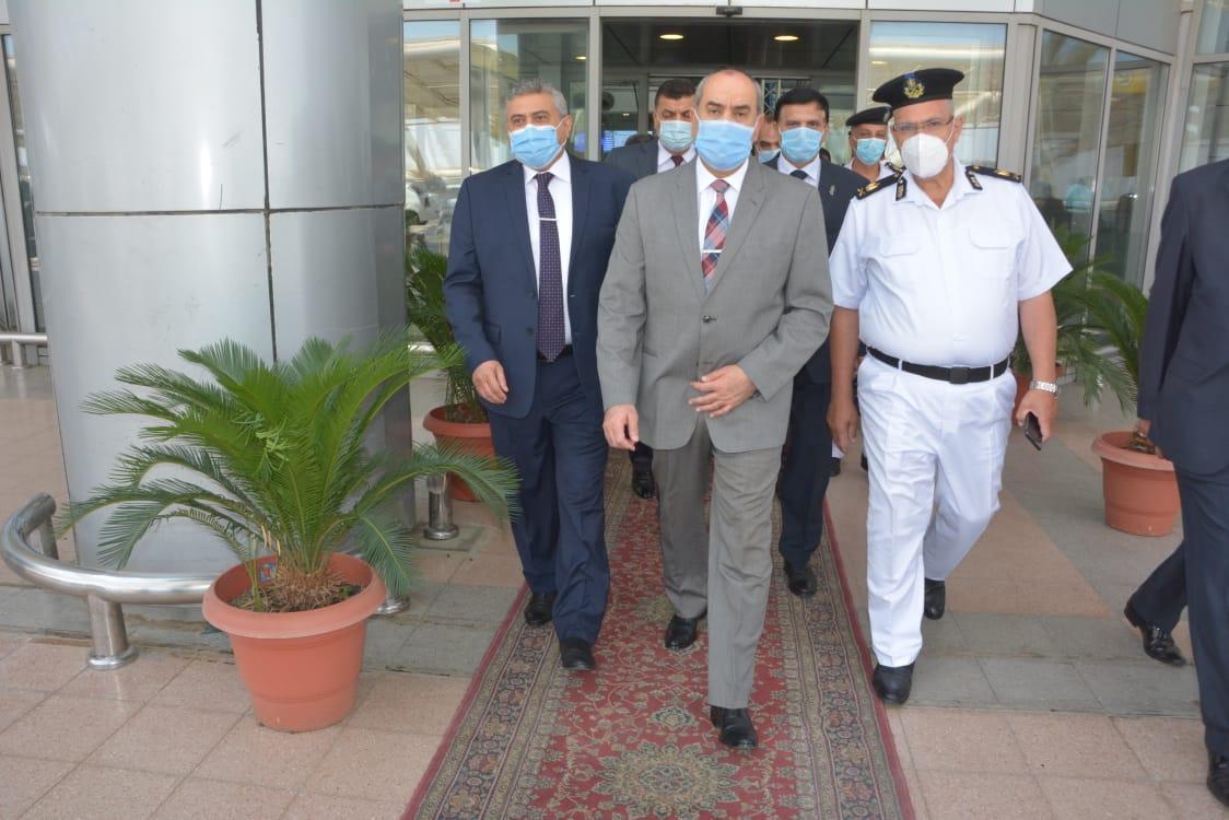صور | وزير الطيران المدنى يتفقد حركة العمل في مطار القاهرة الدولى