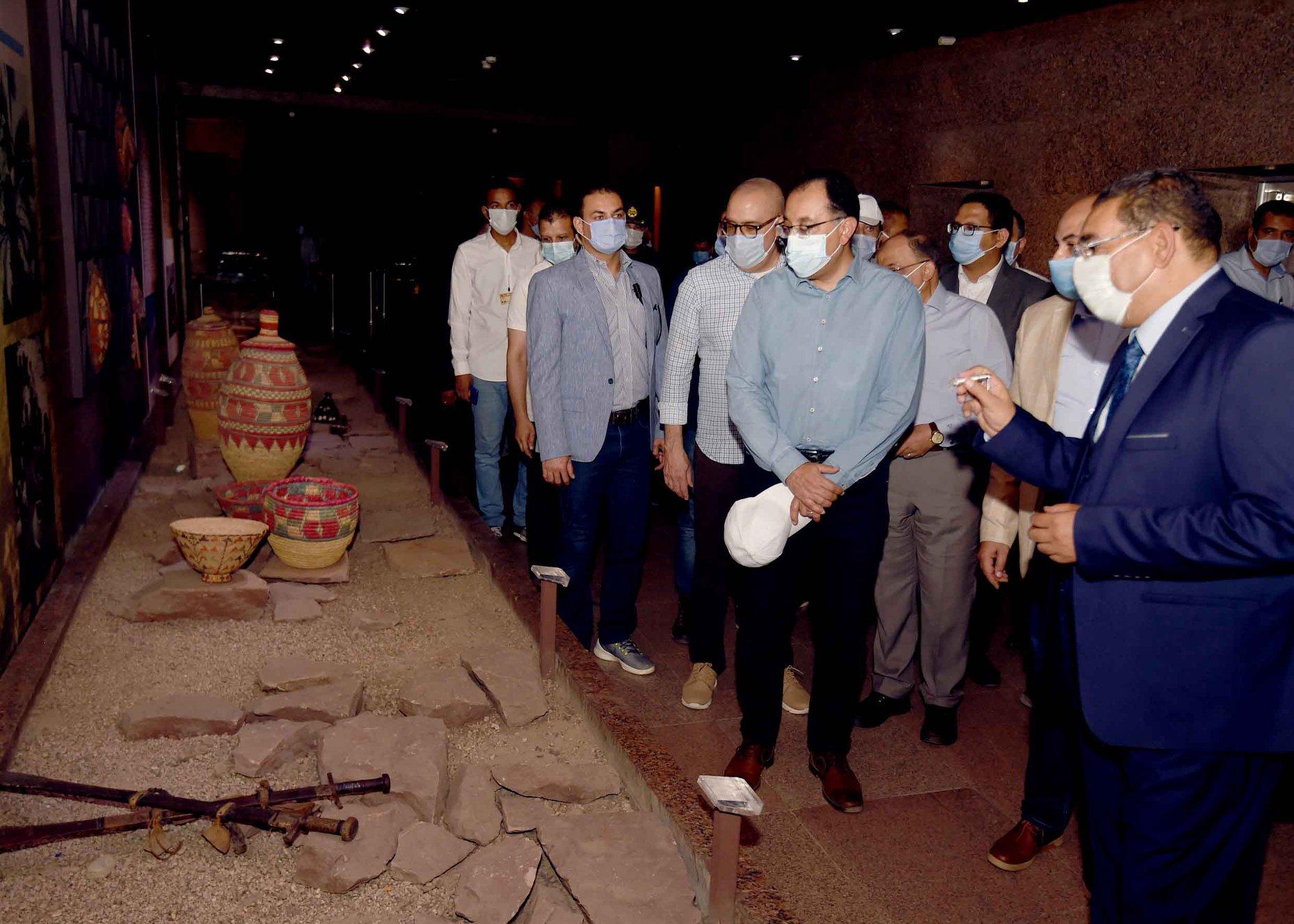 صور | رئيس الوزراء يتجول بمتحف النوبة ويطمئن على الالتزام بالإجراءات الاحترازية