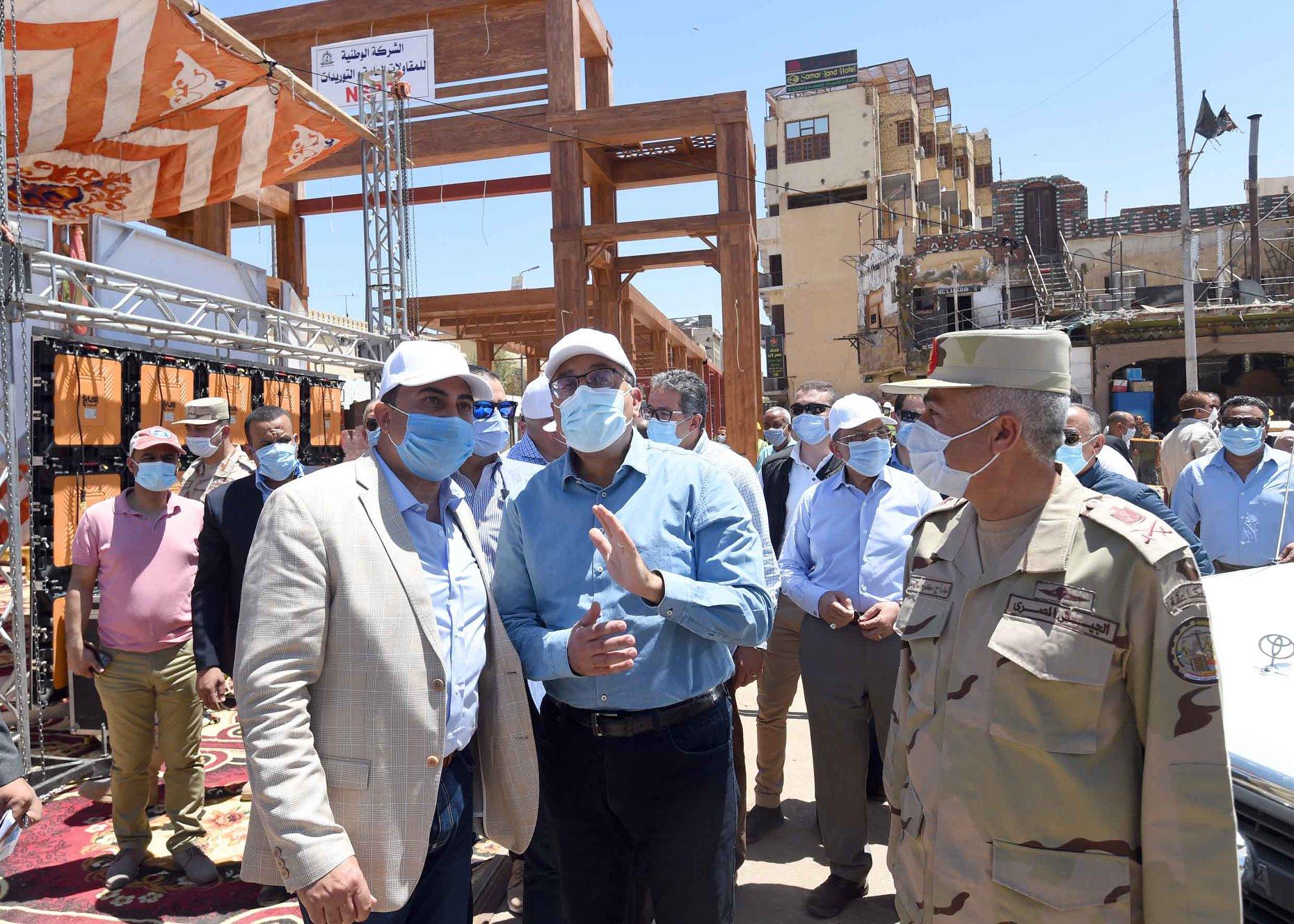 صور | رئيس الوزراء يتفقد أعمال تطوير السوق السياحي بأسوان