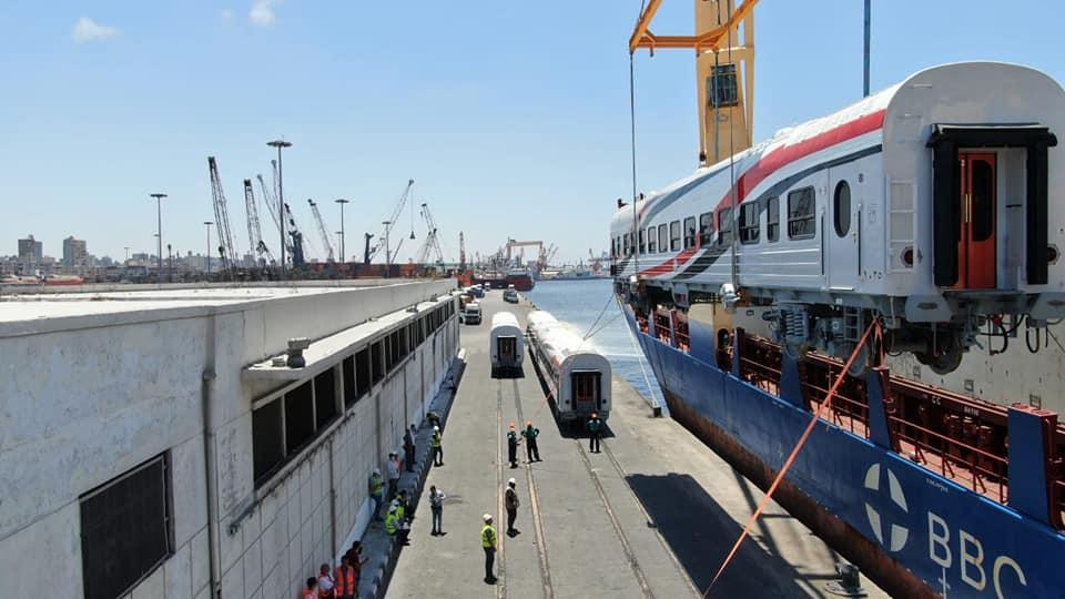 صور | وصول دفعة جديدة من عربات ركاب السكك الحديدية الروسية
