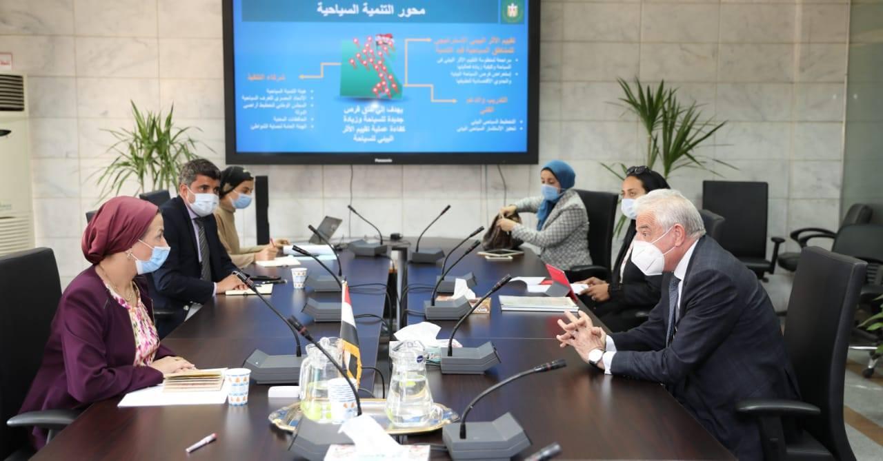 صور | وزيرة البيئة ومحافظ جنوب سيناء يبحثان آليات تحويل شرم الشيخ إلى مدينة خضراء