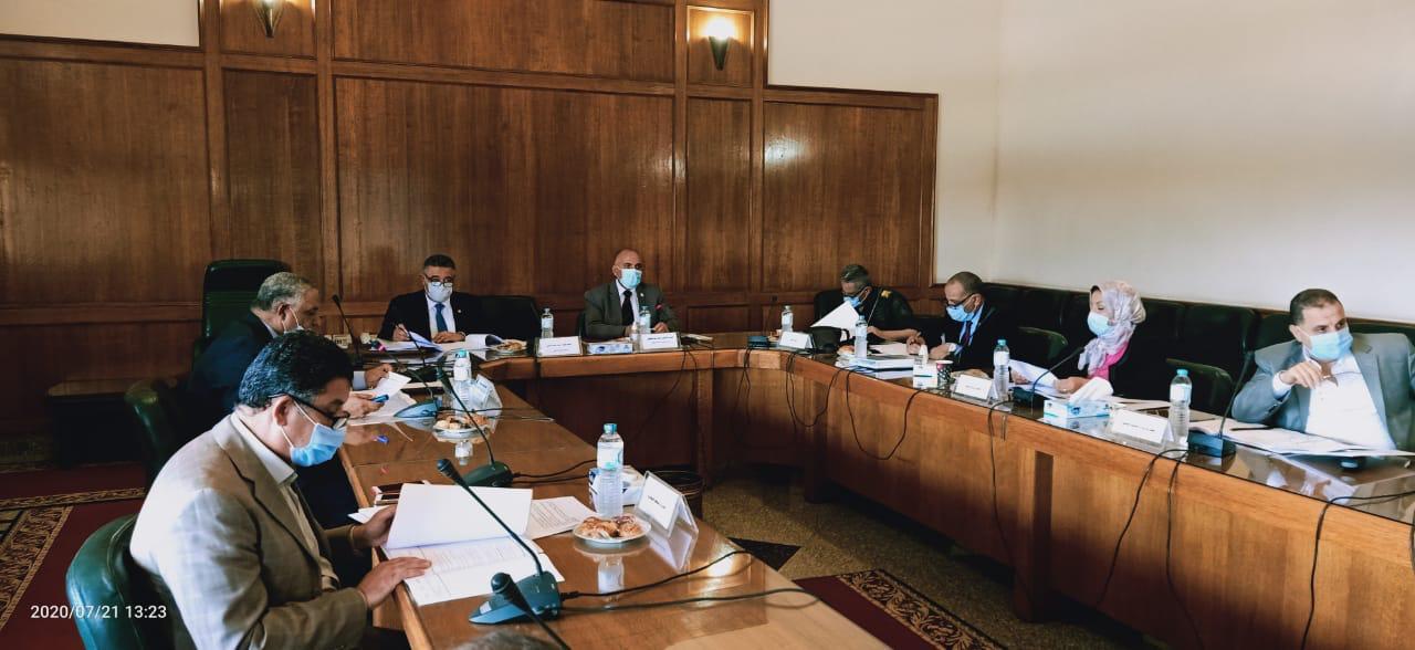 صور | وزير الري يترأس اجتماع اللجنة العليا للتراخيص بحضور محافظ البحر الأحمر