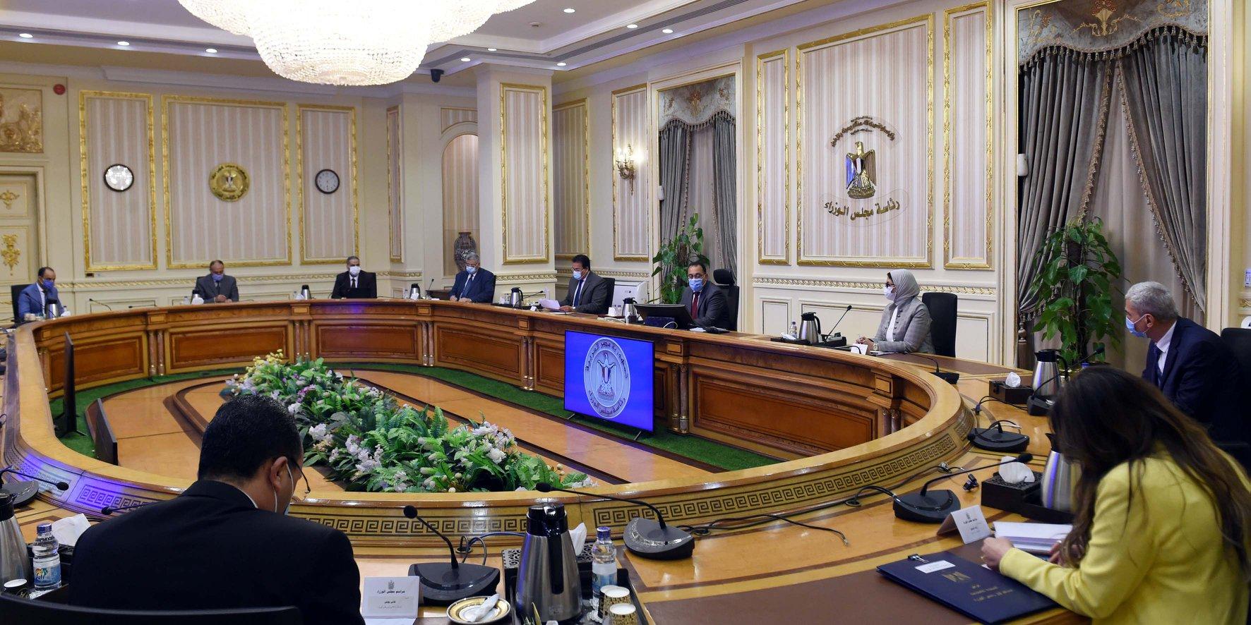 رئيس الوزراء يُناقش آليات تطوير صناعة الدواء في مصر