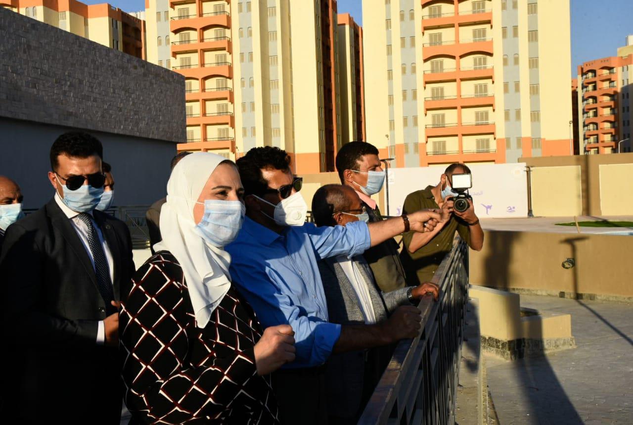 صور | وزيرا الشباب والتضامن في جولة تفقدية بحي الأسمرات