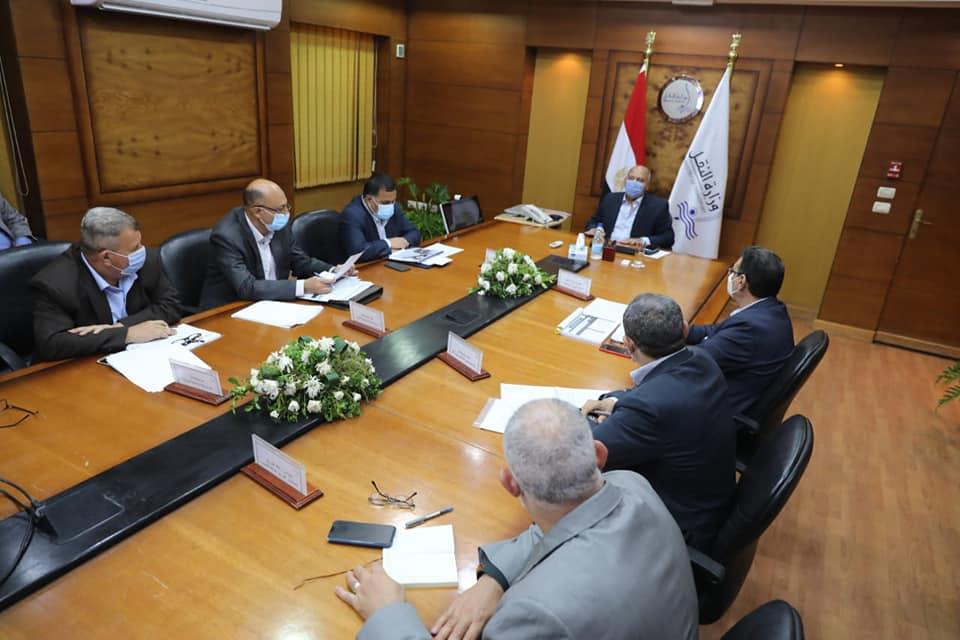 صور | وزير النقل يتابع تنفيذ مشروعات تطوير محطات ومزلقانات السكك الحديدية