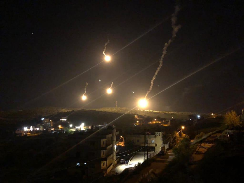 قوات الاحتلال الإسرائيلي تطلق قنابل مضيئة وحارقة فوق مناطق بجنوب لبنان