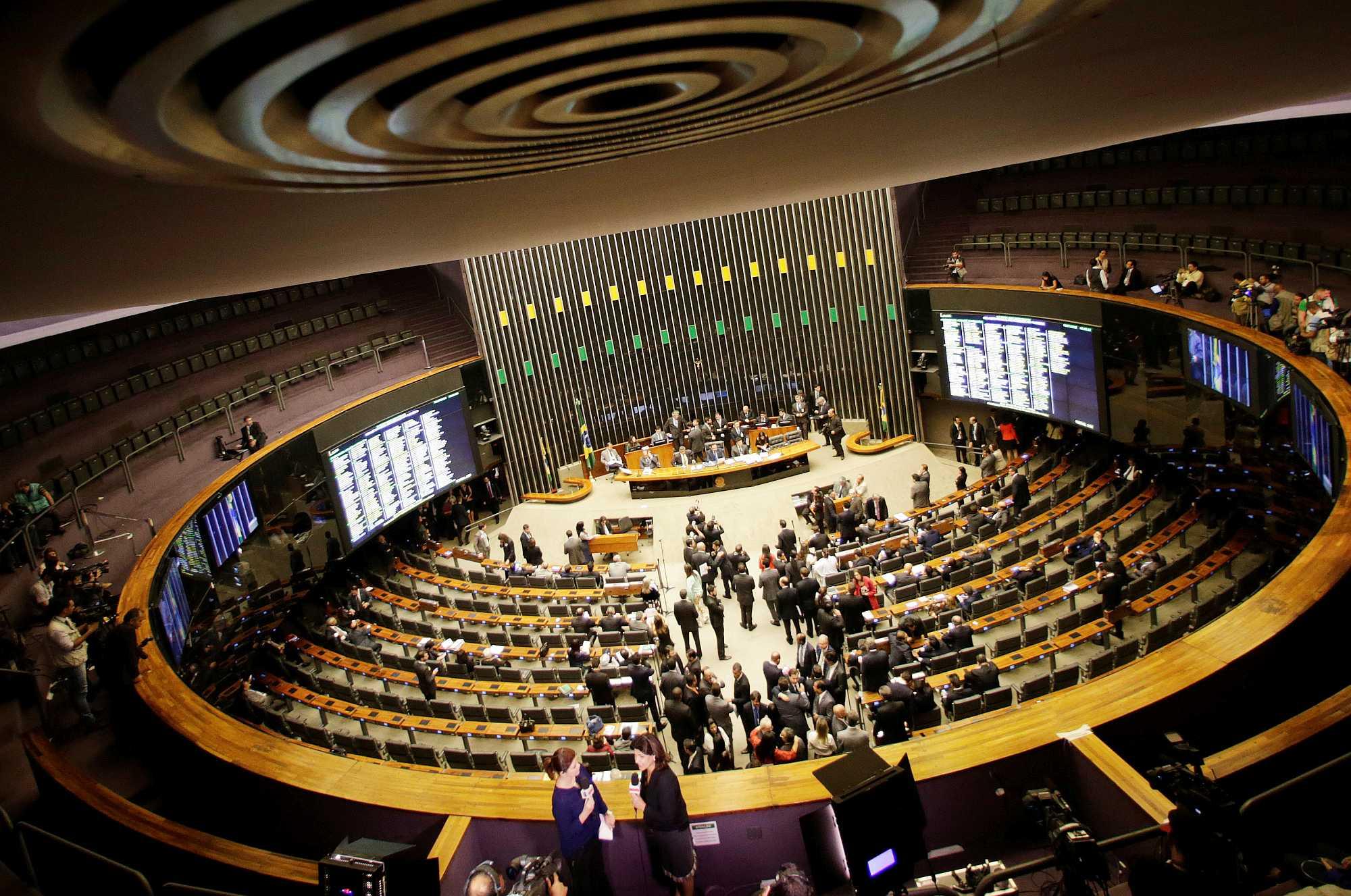 البرلمان البرازيلى يفرض ارتداء الأقنعة الواقية من كورونا فى الأماكن المغلقة