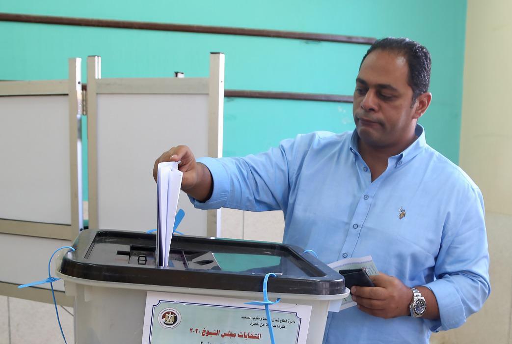 رجل الأعمال عمر المغاوري يدلي بصوته بانتخابات مجلس الشيوخ بالشيخ زايد