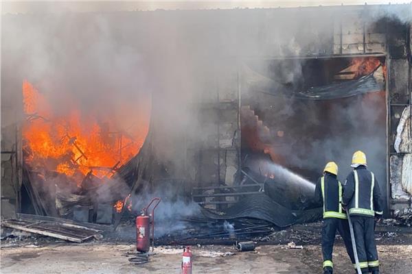 حريق ضخم في محال تجارية بالرياض