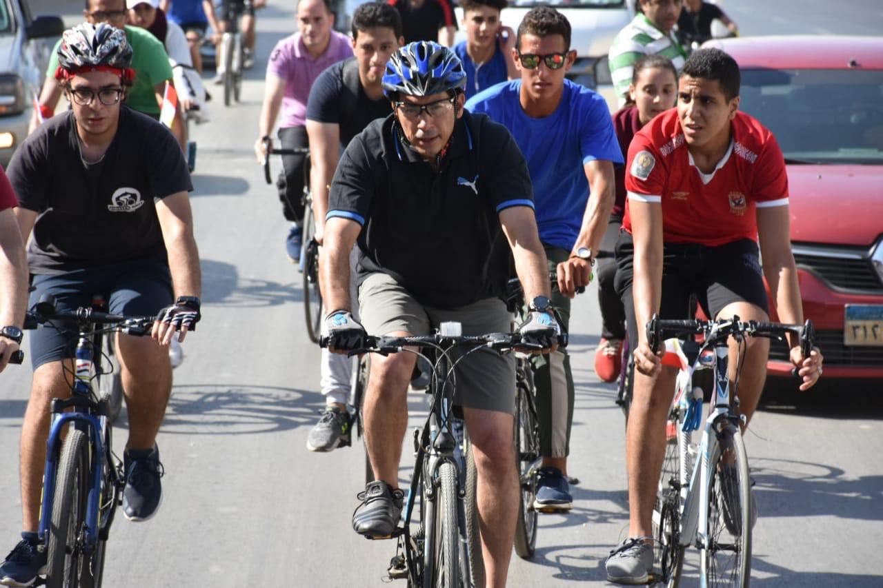 صور | وزير الرياضة يشارك ٥٠٠ متسابق من الشباب في ماراثون الدراجات الهوائية