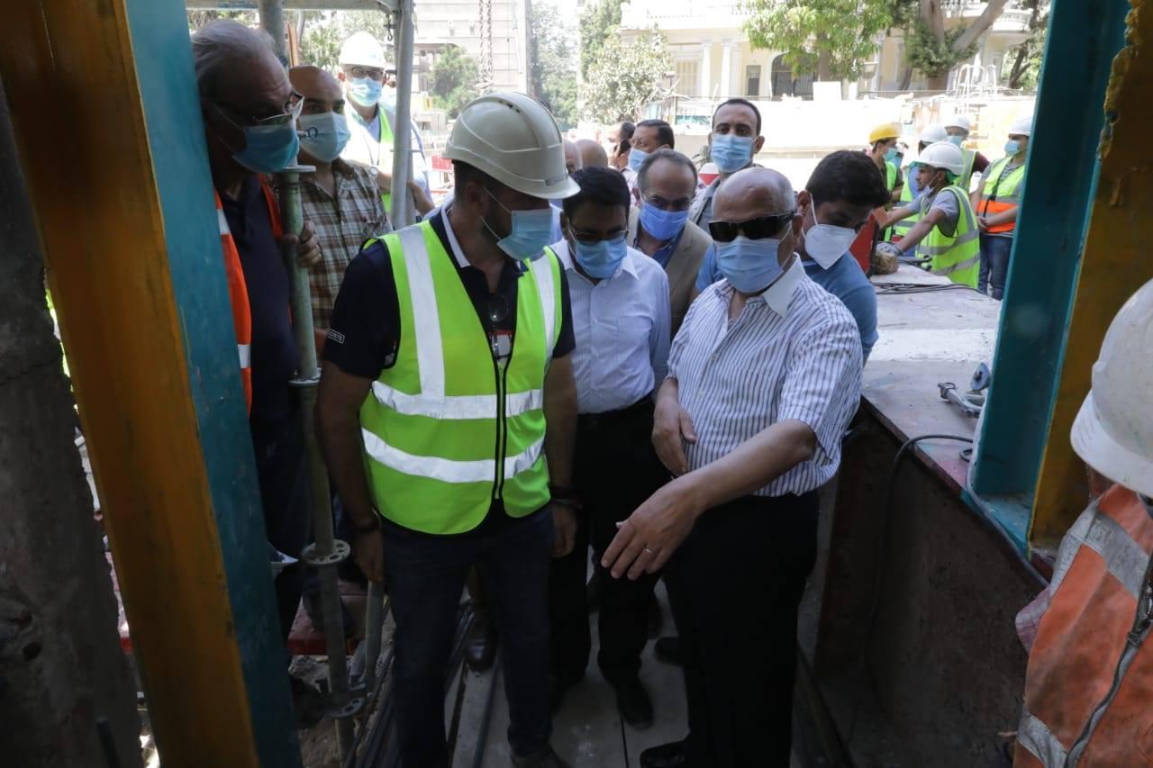 صور | وزير النقل يتابع أعمال التدعيم الإنشائي لعمارة الشربتلي بالزمالك