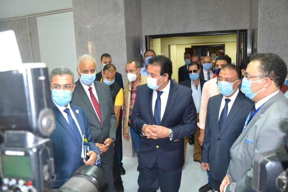 صور | وزير التعليم العالي ورئيس جامعة الإسكندرية يفتتحان متحف مقتنيات الجامعة