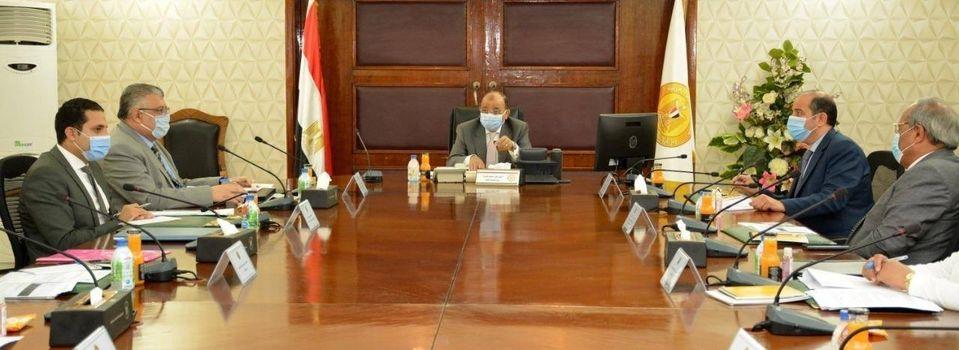 صور | وزير التنمية المحلية يرأس الاجتماع الأول للجنة العليا للمحال العامة