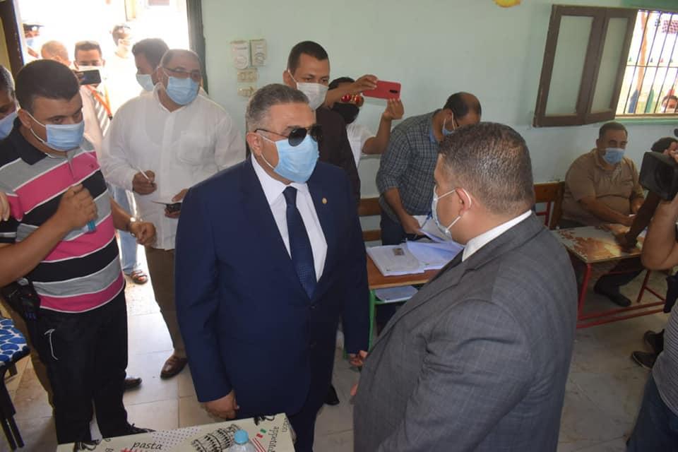 صور | محافظ البحر الأحمر يتفقد عدد من اللجان الانتخابية بالغردقة