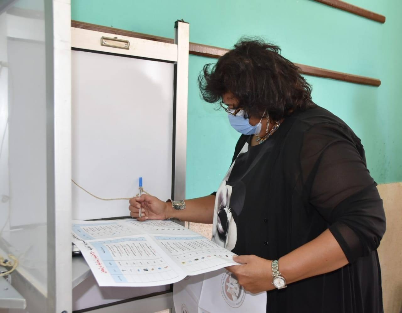 صور   وزيرة الثقافة تدلى بصوتها في انتخابات الشيوخ بالشيخ زايد