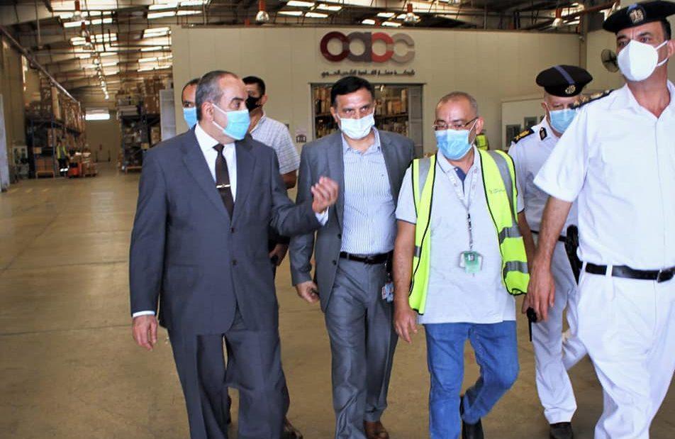صور | وزير الطيران يتفقد قرية البضائع وشركات الشحن الجوي بمطار القاهرة