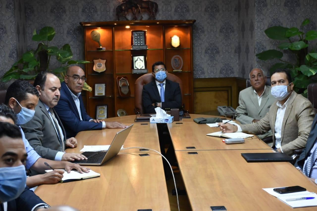 وزير الرياضة يجتمع باللجنة المنظمة لبطولة العالم لليد 2021