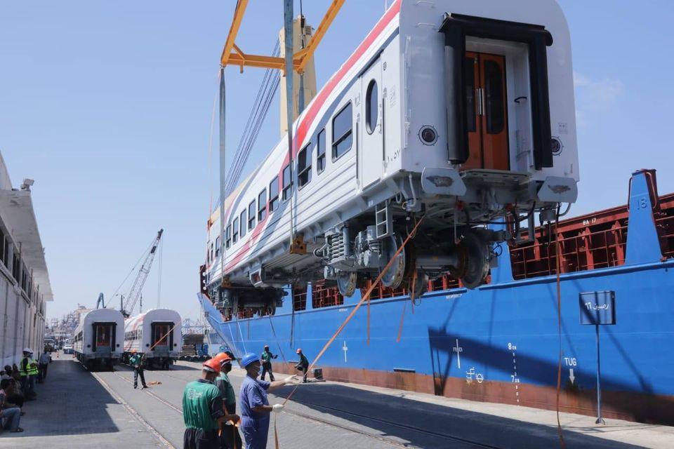 صور | وزير النقل يعلن وصول دفعة جديدة من عربات السكك الحديدية