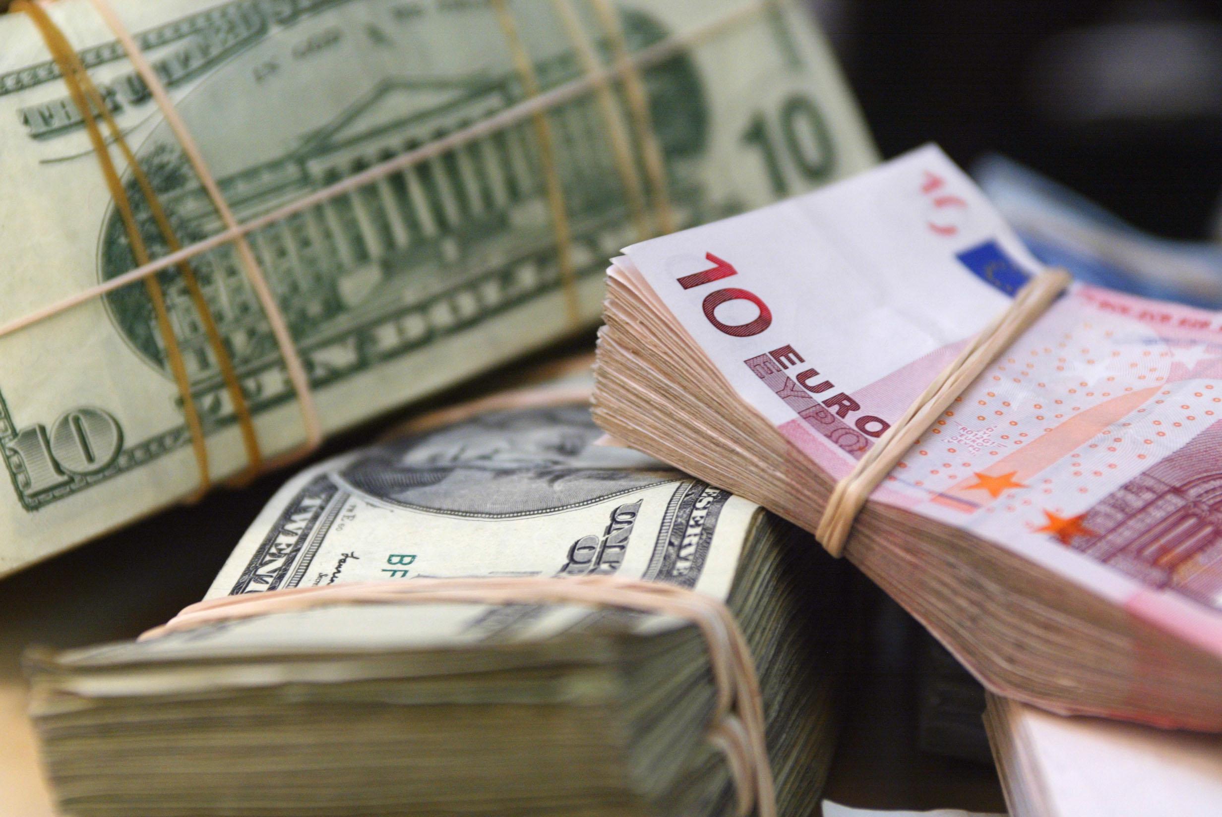 الدولار يستقر واليورو قرب أدنى مستوى فى 4 أسابيع بعد إعلان المركزى الأوروبى