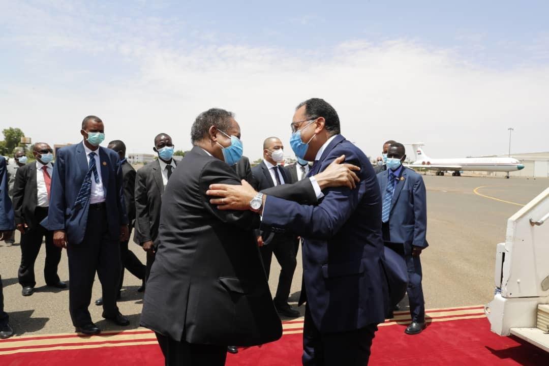 """رئيس الوزراء السوداني يستقبل """"مدبولي"""" بمطار الخرطوم"""