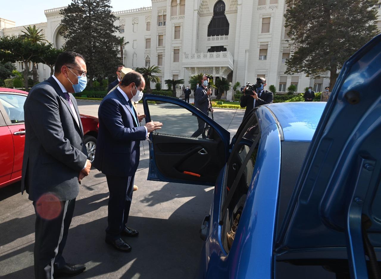 صور | الرئيس السيسي يتفقد نماذج سيارات حديثة تعمل بالغاز الطبيعي