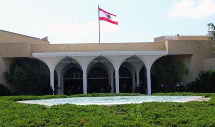 تنكيس العلم اللبنانى على مدخل القصر الرئاسى حدادًا على ضحايا انفجار بيروت