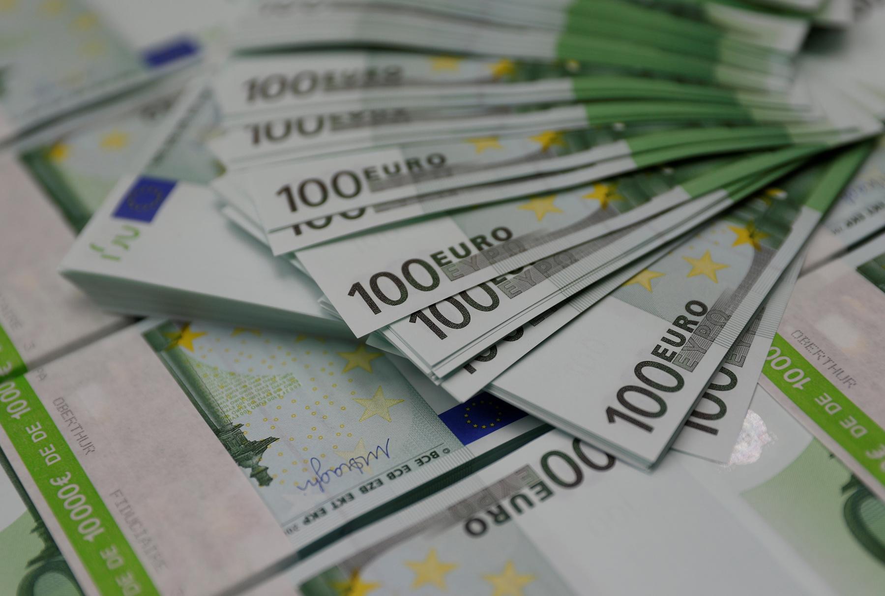اليورو يتراجع قبل اجتماع المركزي الأوروبي وهبوط الاسترليني