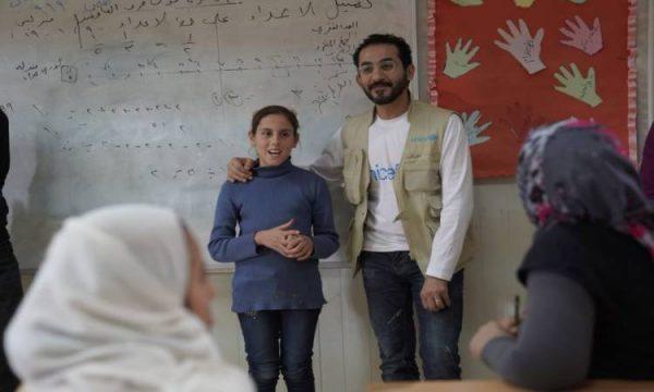 أحمد حلمى يطالب بمساعدة أطفال لبنان